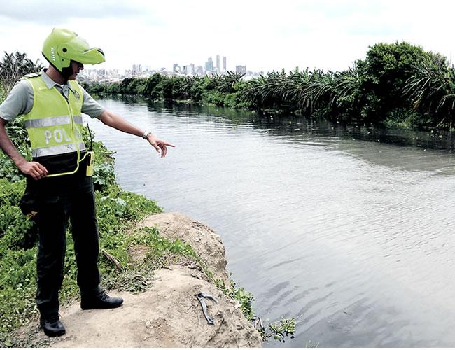 El uniformado muestra el lugar exacto en el cual se hundió la balsa comunitaria. La ayuda de los Policías y el pescador fue vital para salvar a los niños | Foto: Al Día