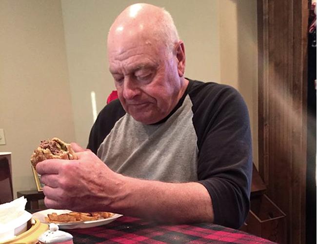 'Papaw' como le dicen sus familiares, preparó 12 hamburguesas para sus 6 nietos. | Foto: Twitter