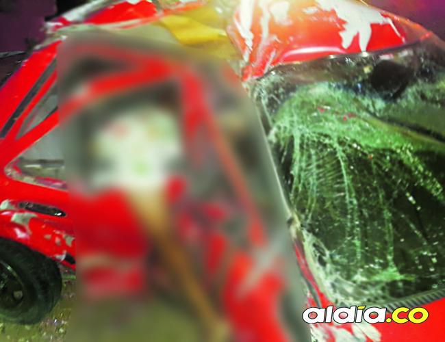 El automóvil rojo transitaba la vía que de Cuestecita conduce a Riohacha, llegando a la capital ocurrió el accidente | Cortesía