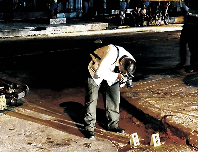 Agentes de la Sijín en el lugar del ataque a los policías. A un lado la moto de los agresores   Al Día