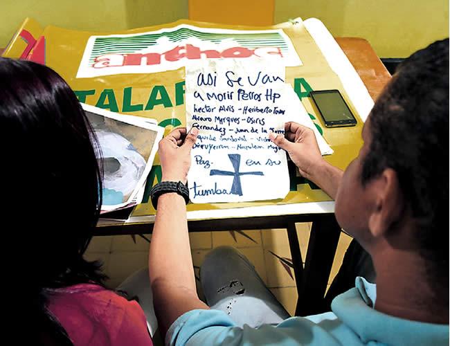 Heriberto Tovar y una de las integrantes del sindicato analizan el panfleto amenazante | Fto