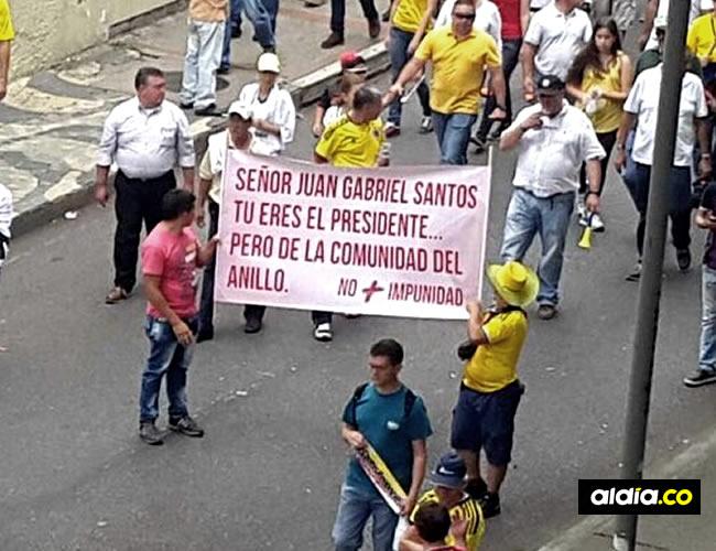 http://admin.aldia.co/wtf/pancarta-uribista-contra-juan-gabriel-santos-no-es-un-error-es-antigay