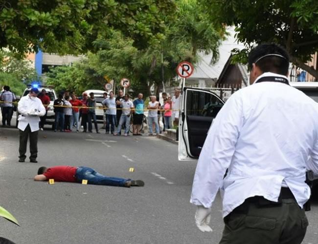 Miguel Osío Olmos, de aproximadamente 35 años, fue ultimado por sujetos en moto que lo seguían. Quedó tendido junto a la camioneta a la que se había subido a hablar de negocios. | Al Día