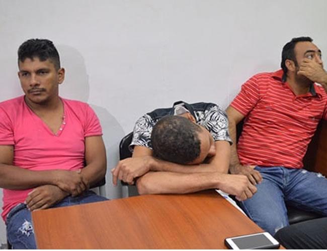 Jesús Gutiérrez (der.), el taxista Miguel González y el chofer Johan Beltrán, en un receso de la audiencia de imputación de cargos hecha el 24 de junio | El Heraldo
