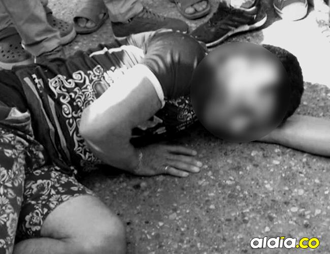 Carlos Mario Daza Sierra estuvo por varios minutos tendido en el suelo tras ser herido a balazos por el escolta. | AL DÍA