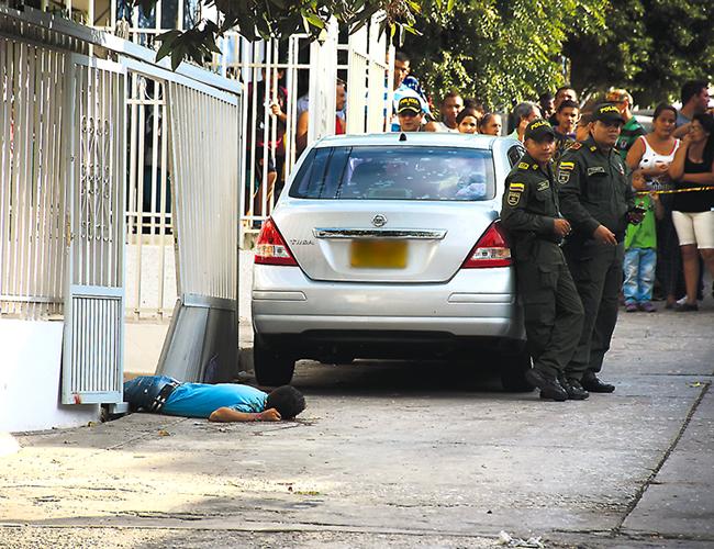 El cuerpo sin vida del sujeto quedó en la puerta de entrada a la terraza de la vivienda donde estaba el policía. | Foto: Archivo