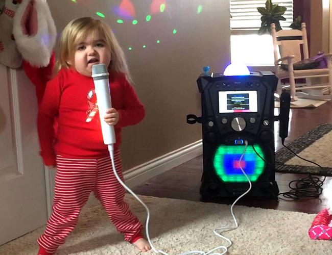 Audrey canta, baila, escribe historias e inspira multitudes. | Foto: YouTube