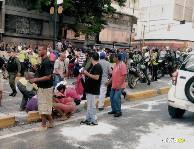 Una de las imágenes más comentadas fue la de los venezolanos de todas las clases sociales recogiendo el azúcar del suelo. | Twitter/La Patilla