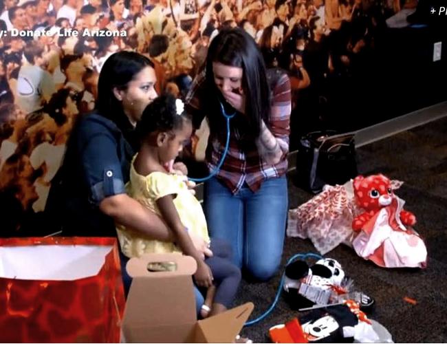 El momento en el que Heather escucha el corazón de su hijo Lukas en el cuerpo de Jordan | Foto: USAtoday.com