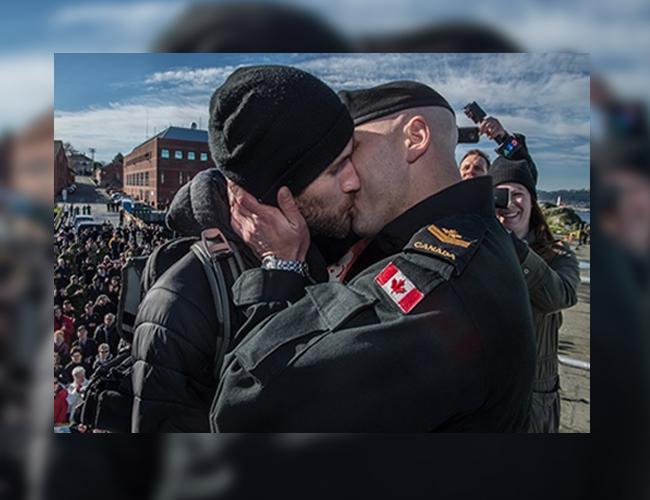 Francis Legare y Corey Vautour tuvieron la oportunidad de besarse frente a cientos de asitentes| Foto: Buzzfeed