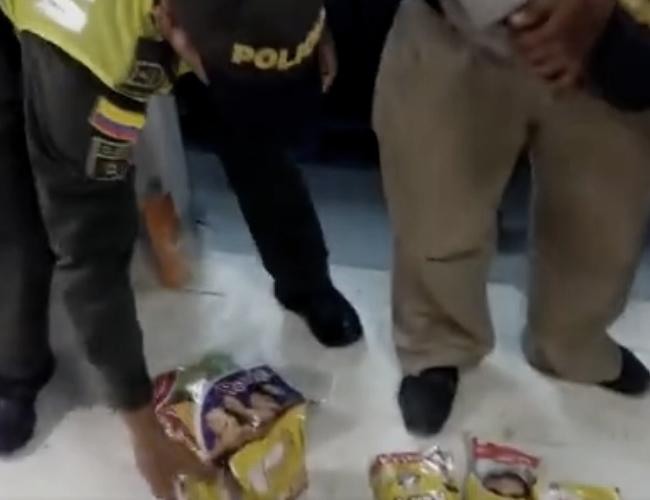 Aceite, pañales, chocolate, arroz, todo eso le cabía al megabolsillo que utilizaba este hombre para hacer mercado sin pagar | Facebook