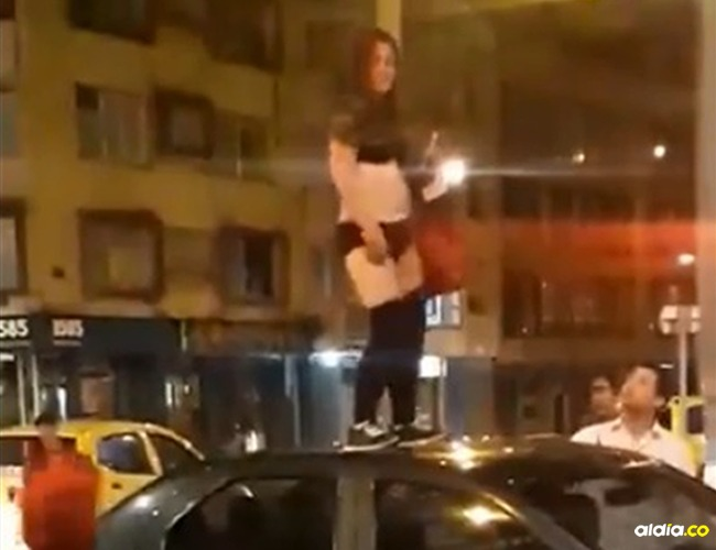 La mujer bailó en ropa interior arriba de un carro en la Zona Rosa de Bogotá. |Tomado de: Captura de pantalla.