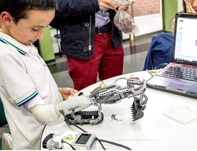 Este es Darío, el pequeño colombiano de 8 años que fue el primero en probar la prótesis que reemplaza su brazo derecho el cual fue amputado. | Foto: mundoworten.pt