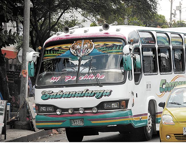 Este es el bus que sufrió la grave falla mecánica que le podría costar las piernas a un joven motociclista. | Foto: AL DÍA