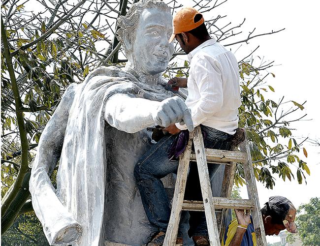 En la escultura, Camilo Torres se está quitando la sotana para mostrar que es un hombre con el torso desnudo | Foto: Archivo