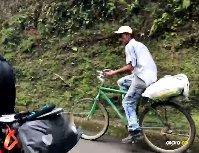 "Un campesino antioqueño coronó el ""premio de montaña"" a bordo de su humilde bicicleta. No parece haber sufrido ni un poquito | Facebook"