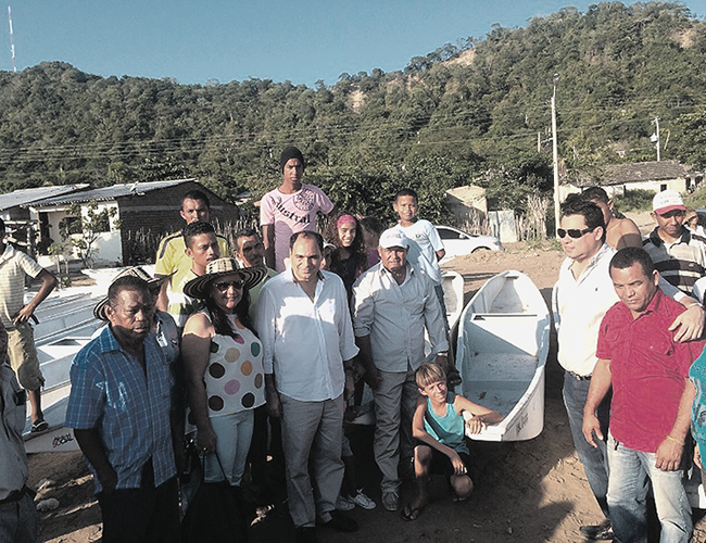 Entrega de canoas a pescadores del municipio de Sabanalarga por parte del Gobernador 2014 José Antonio Segebre.   Foto: Archivo
