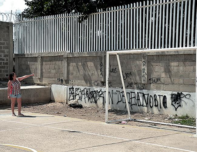 Lizethe Martínez, líder de la comunidad, muestra la zona por donde se meten los viciosos. | AL DÍA