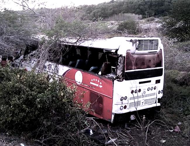 Después del choque con el camión, el bus quedó a un lado de la vía, entre matorrales. | Archivo