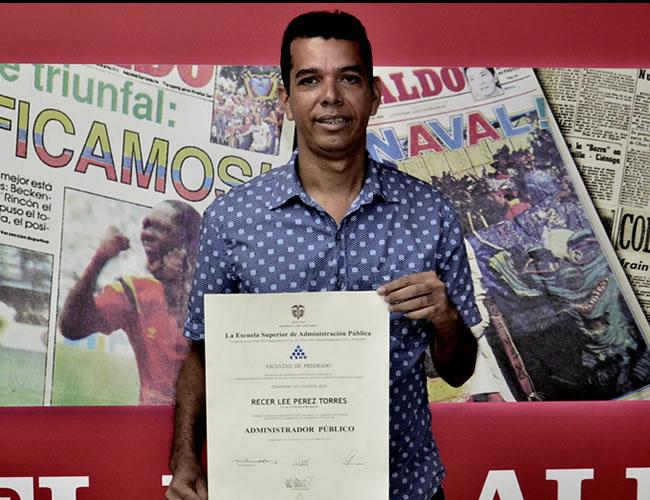 El concejal Recer Lee Pérez exhibe su diploma original de la Esap de 2014 |  Leinad Pájaro