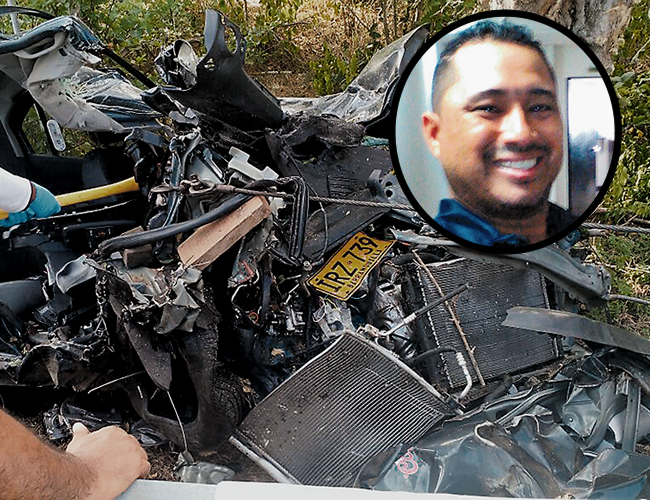 Miembros de la Sijín de la Policía tuvieron que recurrir a un hacha para partir las latas retorcidas y sacar el cadáver del auto. | Foto: Al Día