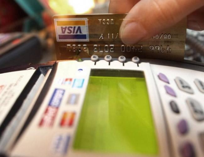 Evite utilizar su tarjeta de crédito para gastos del día a día, como la alimentación, las salidas a fiestas o ropa. | Al Día