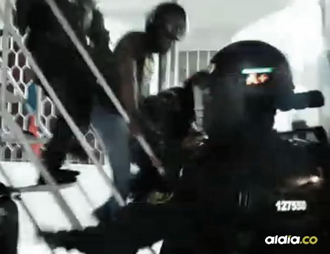 Momento en el que evacúan al agresor con ayuda del Esmad   Captura de pantalla
