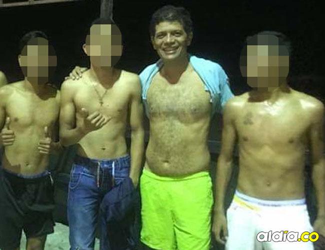 Carlos Altahona con un grupo de jóvenes.