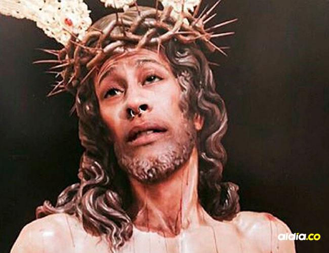 El joven puso su rostro en el cristo lo que causó indignación.