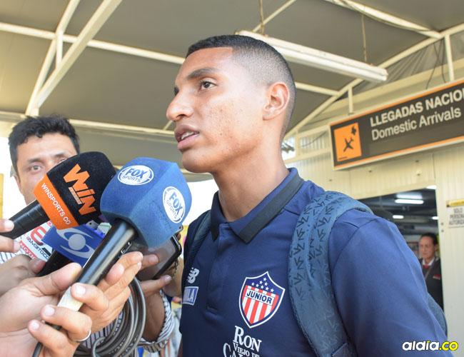 Gabriel Fuentes ayer habló con los medios de comunicación en su llegada al aeropuerto Ernesto Cortissoz. Johnny Olivares.