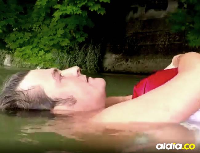 Benjamin David navega por el río que atraviesa la ciudad todos los días | Captura BBC Mundo