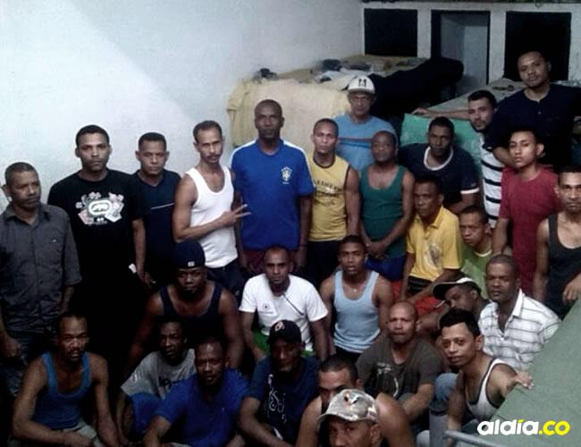 El grupo de los costeños se encuentra viviendo un tremendo drama en una prisión de Caracas. En la gráfica se observa al grupo en los sitios donde pasan la noche día tras día sin que el gobierno venezolano les resuelva su situación | AL DÍA