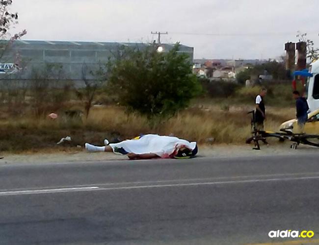 cadáver de Hermes Rojas Vargas fue cubierto con una sábana mientras se realizaba el levantamiento.   AL DÍA