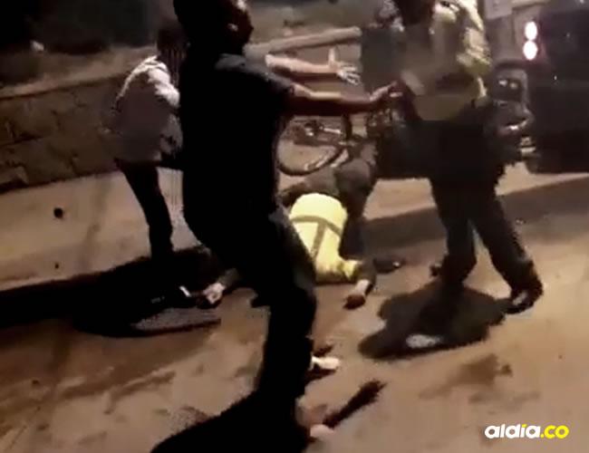 Tres policías y un civil a quien le practicaban una requisa resultaron heridos a las 2:45 de la madrugada   Captura de pantalla