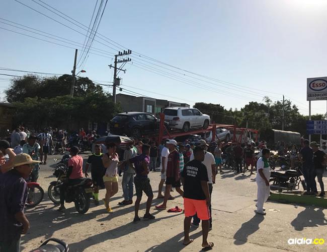 En la foto se ven los carros que transportaba la tractomula. | AL DÍA