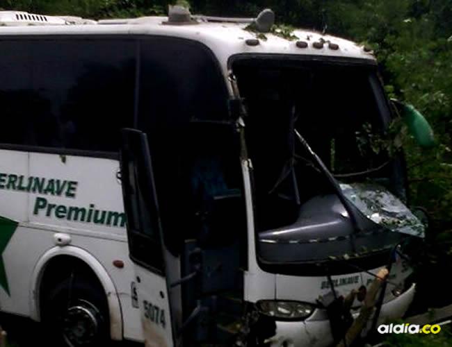 El conductor del bus maniobró y evitó la colisión, pero se salió de la vía y se incrustó en el monte | Al Día
