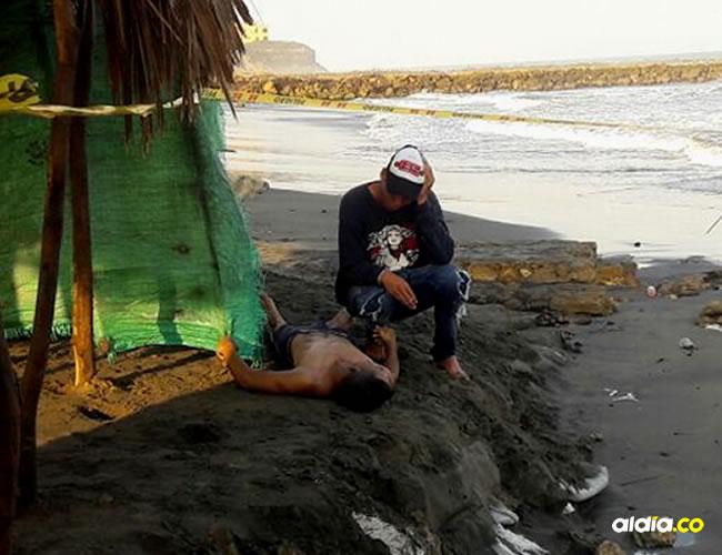 Los uniformados fueron a la playa a verificar, y efectivamente encontraron al grupo que había atracado al taxista.   AL DÍA