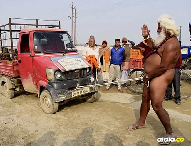 Este impactante suceso ocurrió en medio del festival Magh Mela, en India y fue protagonizado por uno de los hombres sagrados   Infobae