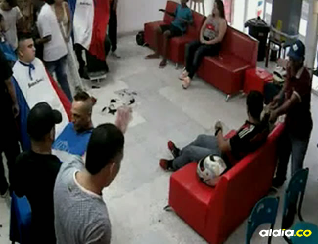 Dos hombres, uno de estos armado con un revólver, asaltaron a los clientes de una barbería situada en el barrio San Felipe | Captura de pantalla