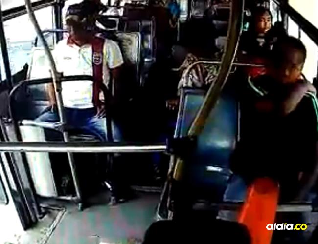 El hecho se presentó este sábado en horas de la mañana por la parada del bus ubicada por el paso de El Bosque. | Captura de video