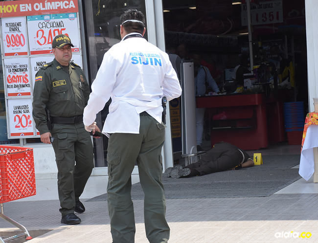 El guardia de seguridad de la empresa Prosegur, Ronald Yair Hoyos González, fue asesinado en la entrada del supermercado. | Al Día
