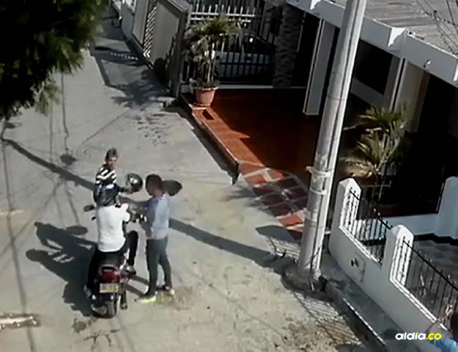 La grabación muestra que cuando llegaron al destino, allí un sujeto estaba esperando al pasajero, amenazaron al conductor con una pistola, le quitan la moto y huyen.   Captura de pantalla