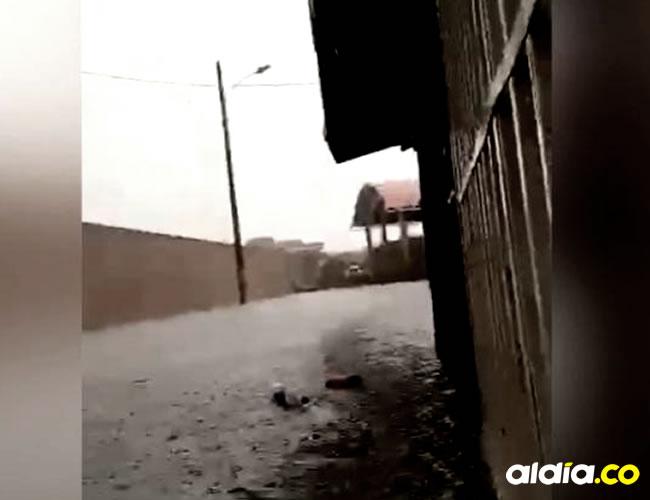 Con escobas y baldes los habitantes del barrio Universal segunda etapa tienen que sacar el agua que entra a sus casas | Captura de pantalla