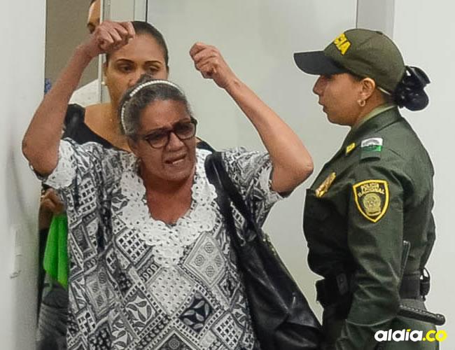 Rebeca Viloria cuando se dirigìa airada contra Dayana Jassir, en la audiencia de ayer. La Policía interviene. | Al Día