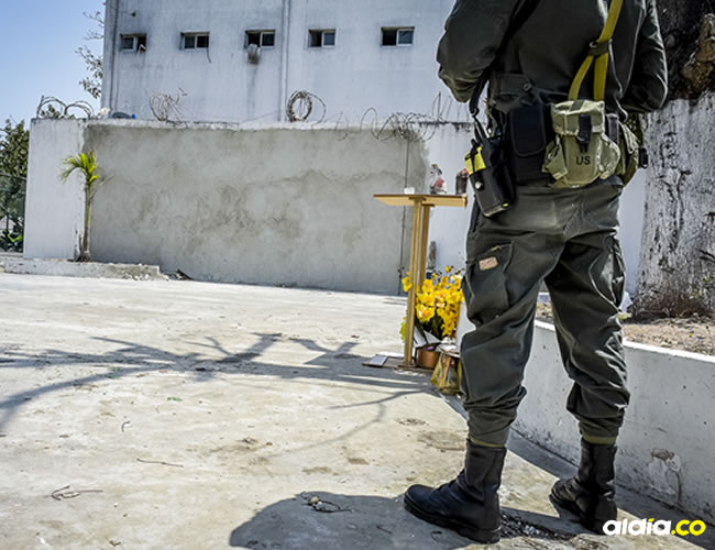 Un policía ayer en el espacio donde estallaron las bombas el pasado 27 de enero. | Al Día