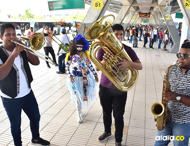 La agrupación tomasina Papayebrass se tomó ayer con su música la estación de Transmetro 'Joe Arroyo'.