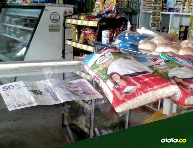 En la foto se observa el billete falso y los artículos que iba a comprar el sujeto antes de que fuera sorprendido con el billete falso.