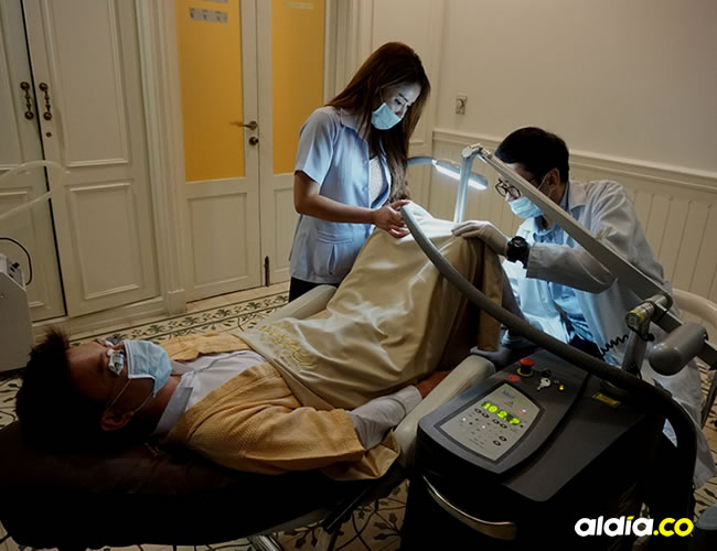 La clínica tailandesa cobra uno $2 millones y realiza el procedimiento en cinco sesiones   AFP