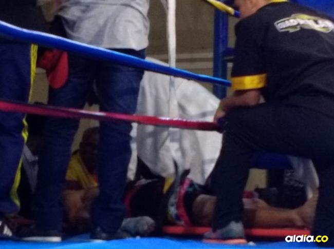 Yeison Cohen es atendido de emergencia en el cuadrilátero tras el fuerte castigo recibido por Hugo Berrío.   Al Día
