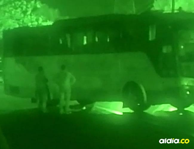 Las autoridades lograron rescatar sanas y salvas a las 21 personas, entre adultos y menores, que permanecieron secuestradas en un bus más de cinco horas en la Zona Bananera. | AL DÍA